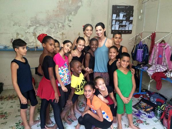 Anita Buri mit Kindern in Kuba