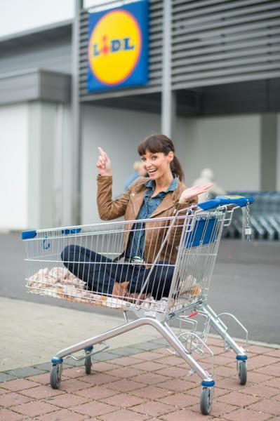 Anita Buri im Einkaufskorb